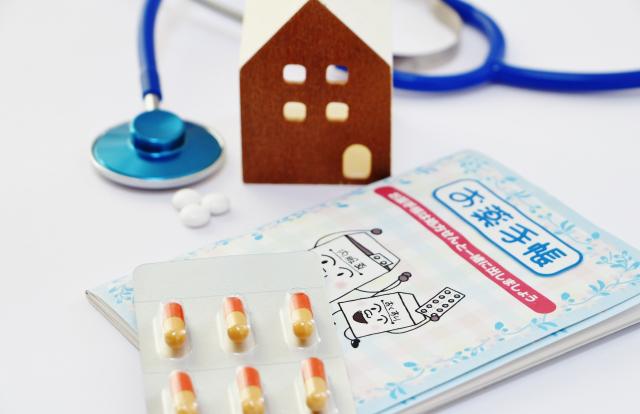 薬とお薬手帳と家の模型