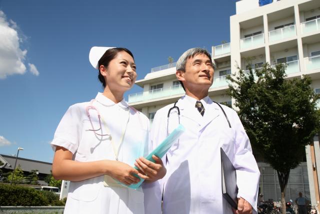 病院の外を歩く医者と看護師