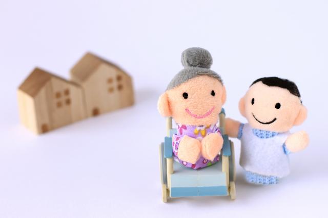 高齢者とケアマネージャーの人形