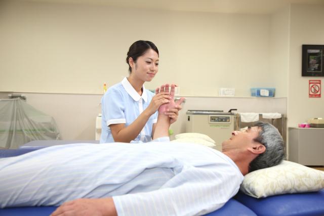 男性利用者のケアをする女性介護士